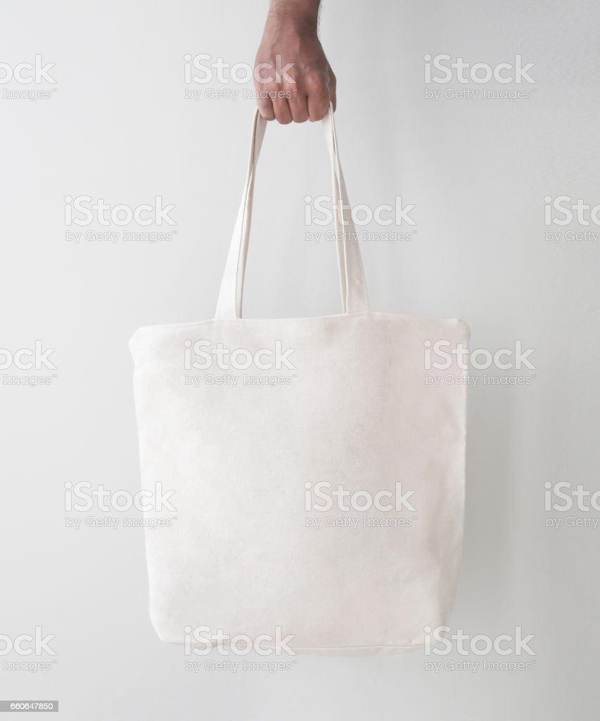 En blanco bolsa grande de lienzo, diseño de maquetas con la mano. Bolsas hechas a mano. - foto de stock