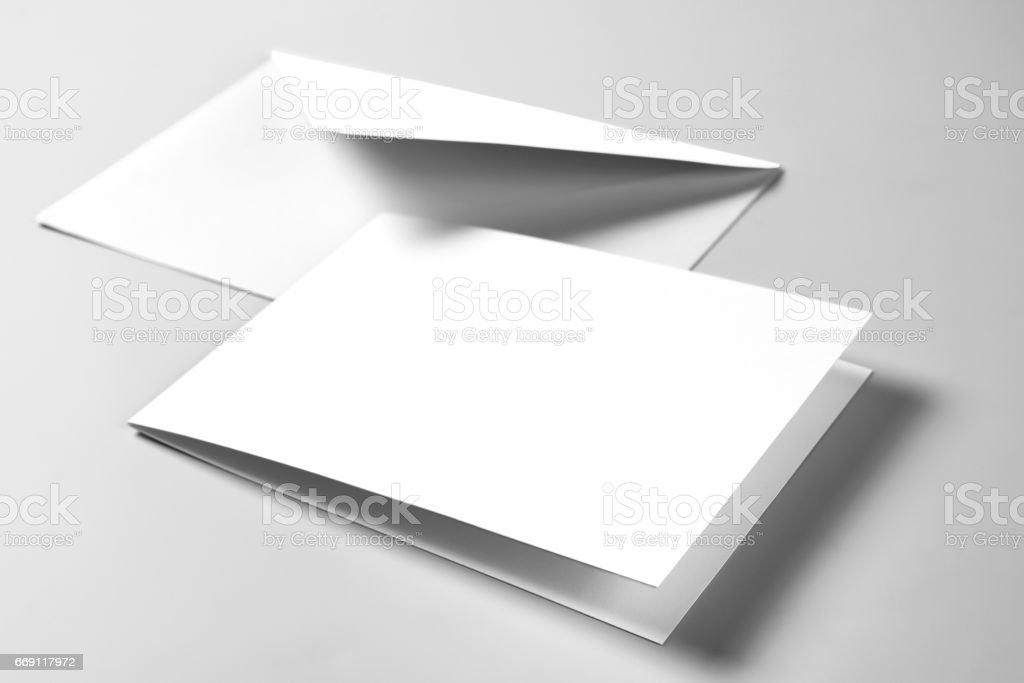 Carte vierge et enveloppe sur fond gris - Photo