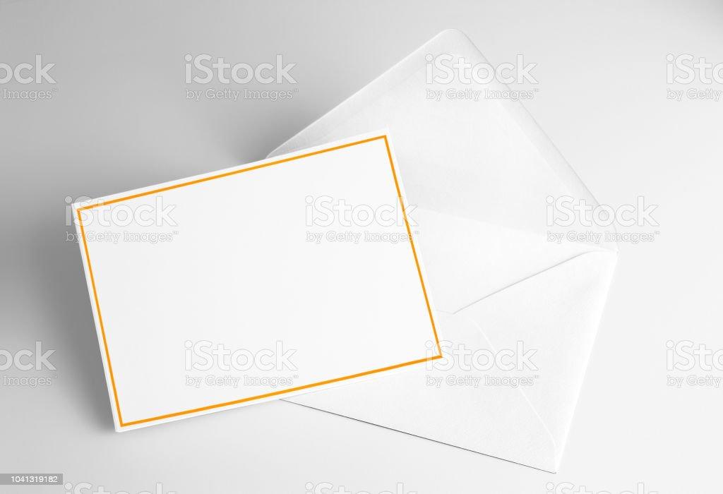 Carte vierge décorées avec cadre jaune et enveloppe - Photo