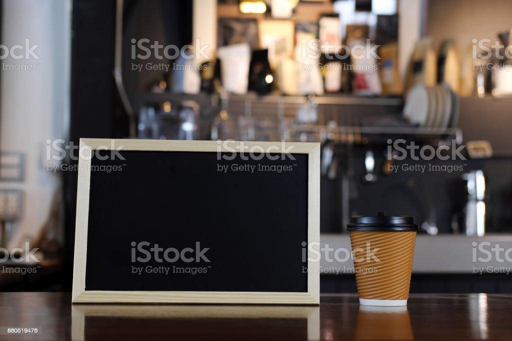 Leere Tafel Menü und Tasse Kaffee an Theke in der Cafeteria. Cafe Restaurant Service, Essen und trinken Industrie Konzept. – Foto