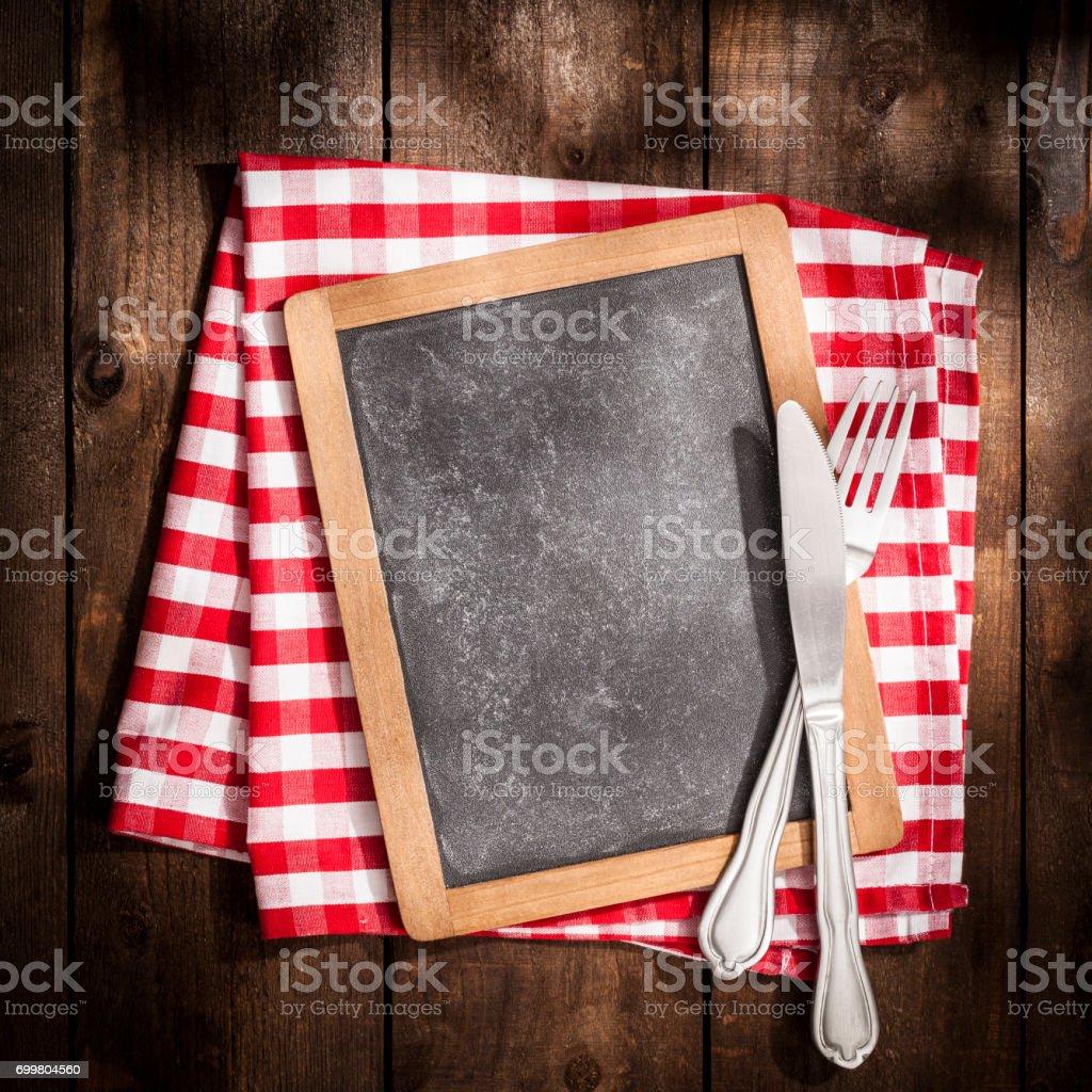 Leere Tafel bereit für Menütext auf rustikalen Holztisch – Foto