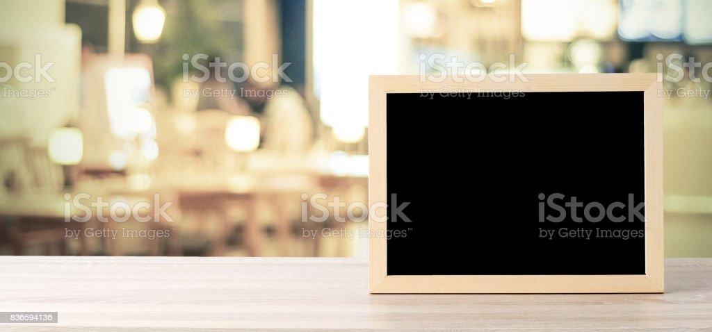 Leere Tafel stehend auf Holz Tisch über Café mit Bokeh Hintergrund verschwimmen, Raum für Text, mock, Lebensmittel und Produkt Display Montage, banner – Foto