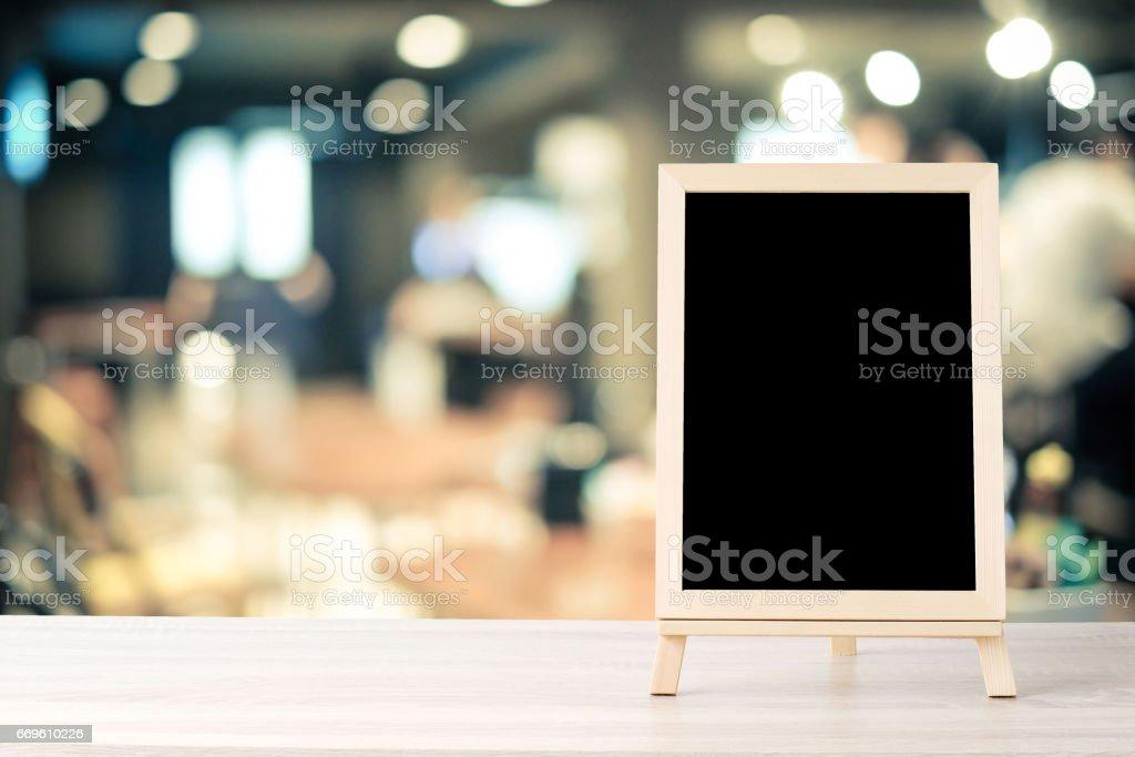 Leere Tafel stand auf Holztisch über Unschärfe Restaurant mit Platz für Text, mock-up Produkt Display Montage Bokeh Hintergrund – Foto