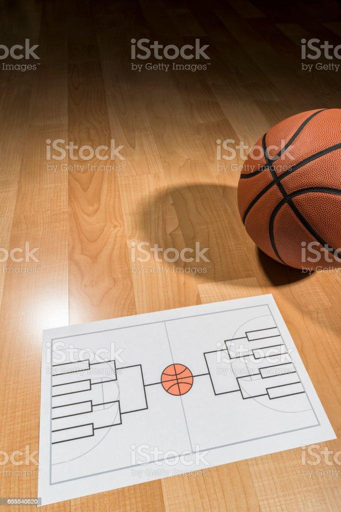 Soporte de torneo de baloncesto universitario en blanco sobre papel - foto de stock