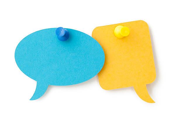 Zwei leere bunte Sprechblasen Steckern auf eine weiße Oberfläche – Foto