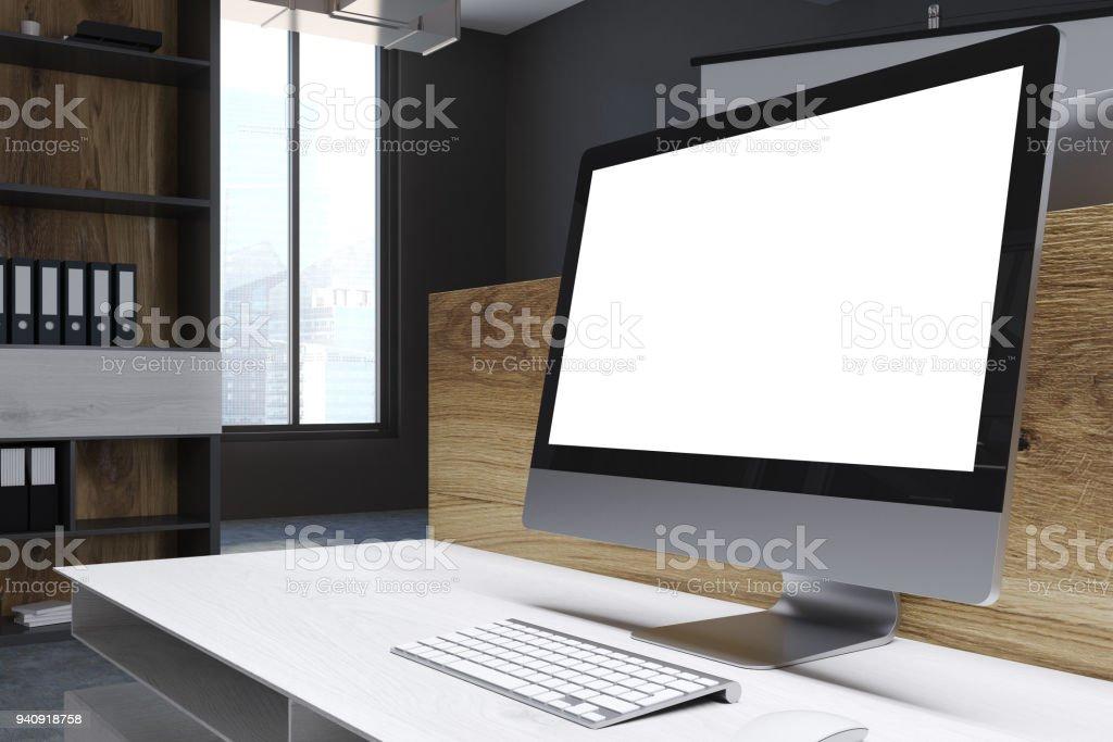 Leerer Bildschirm in einem hölzernen Büro – Foto