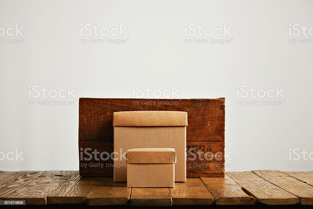 Blank corrugated cardboard boxes with vintage wooden box photo libre de droits