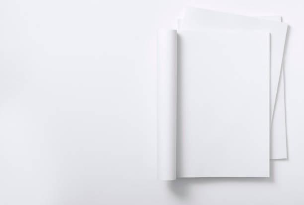 leere runde zeitschrift auf stapel zeitschriften - zeitschrift aufgeschlagen stock-fotos und bilder