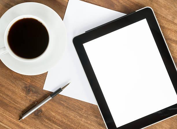 leere digitale tablet pc mit kaffee, papier und stift - www kaffee oder tee stock-fotos und bilder