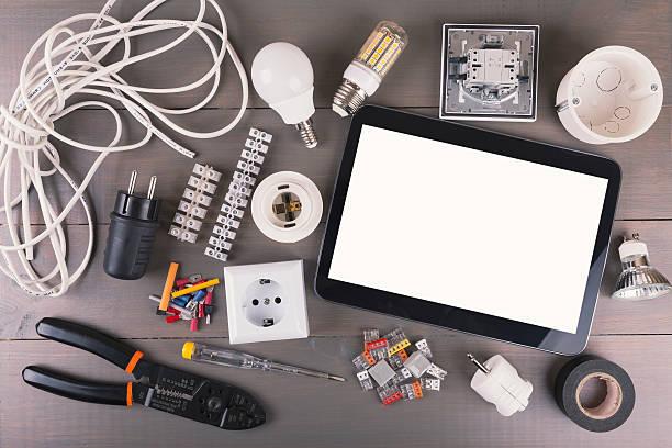 ブランクデジタルタブレット、電気機器木製テーブルの上 - 電気部品 ストックフォトと画像