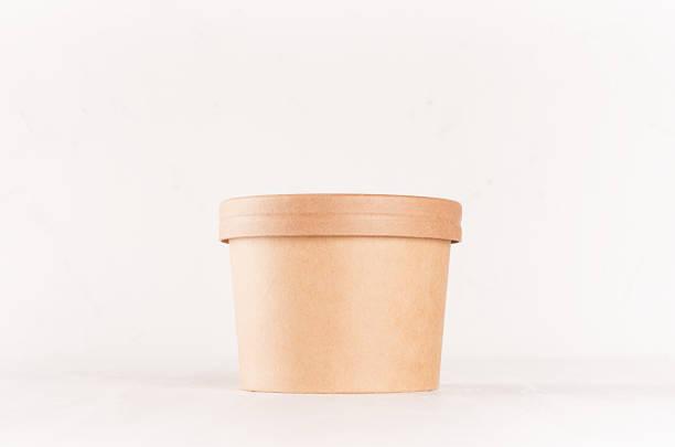 blank disposable brown paper box for takeaway food - soup, salad, ice cream on white wood shelf closeup, mockup food  packaging for cafe, bar and restaurant. - karton zbiornik zdjęcia i obrazy z banku zdjęć