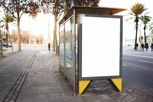 lege elektronische reclame bord met lege kopie ruimte - bushalte stockfoto's en -beelden