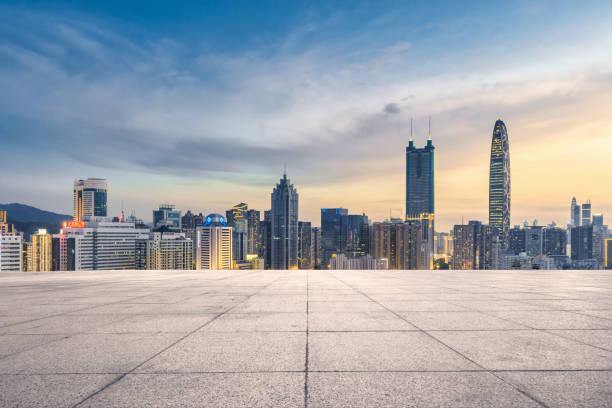Pisos vacíos en blanco y los rascacielos de la ciudad - foto de stock