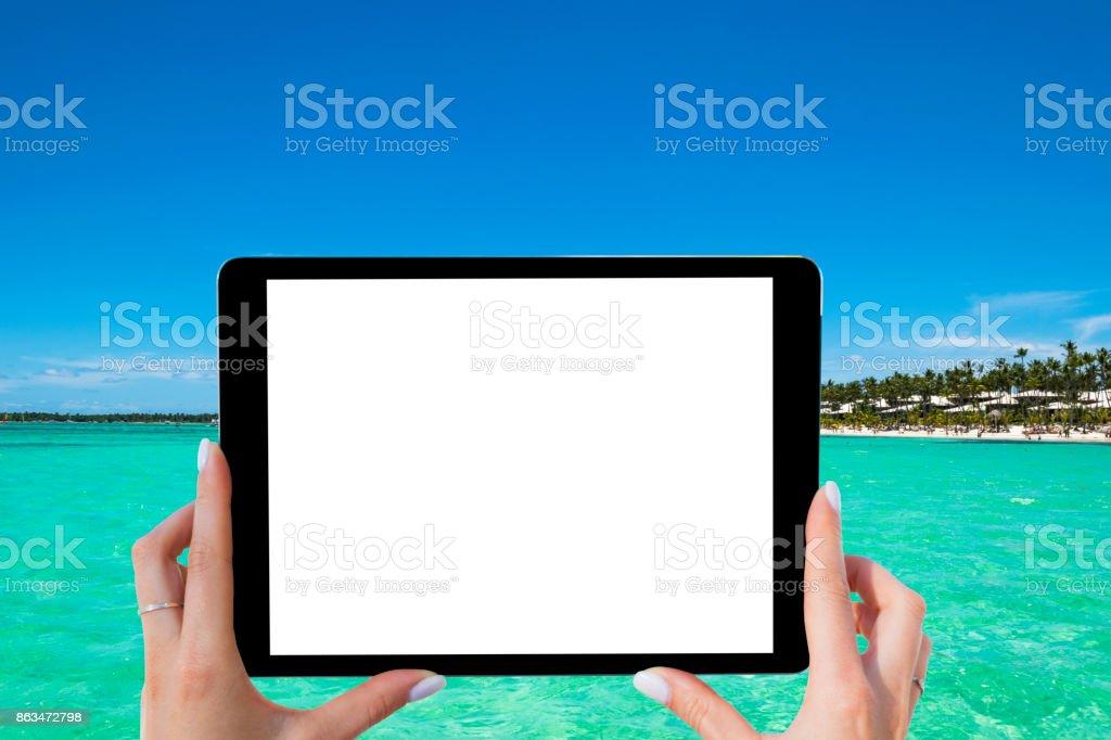 Leer leer Tablet-Computer in den Händen der Mädchen am Strand tropischen türkisfarbenen Meer. Isolierten weißen Bildschirm. Leeren Raum für Text. Tablet-Computer mit Kopie spac – Foto