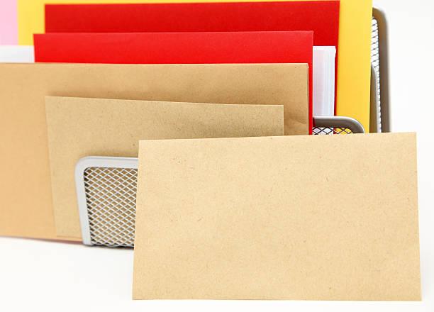 leere briefumschlag ruhen gegen eine briefhalter - briefhalter stock-fotos und bilder