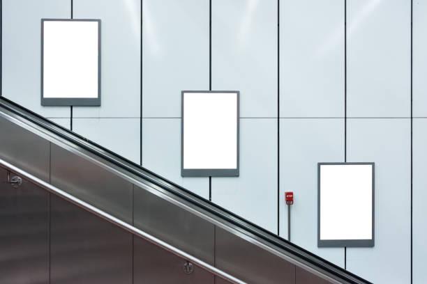 Leere Rolltreppe U-Bahn Werbung drei Exemplar weiß isoliert Innere Stadt – Foto