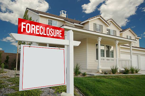 embargo hipotecario blanco señal en frente de casa - embargo hipotecario fotografías e imágenes de stock