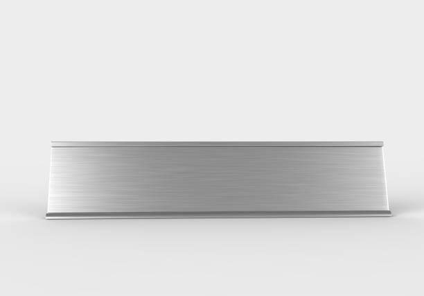 marco en blanco puerta y señalización de pared o placa con placa de metal cepillada. ilustración de render 3d. - insignia símbolo fotografías e imágenes de stock