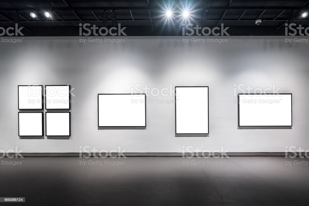 blank frame in gallery - Zbiór zdjęć royalty-free (Architektura)