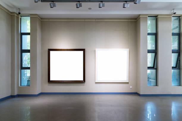 leere Frames auf Ausstellungswand – Foto