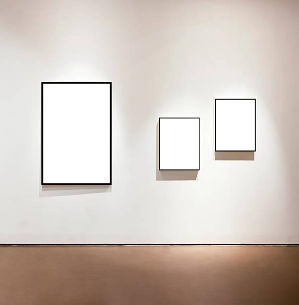 Leere Rahmen auf der Mauer in der art gallery – Foto