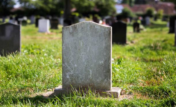 lege grafsteen met andere graven in de achtergrond - graf stockfoto's en -beelden