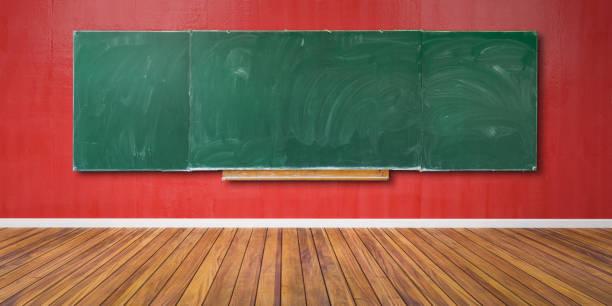 Blanke grüne Kreidekarton, Tafelstruktur mit Kopierraum hängt an roter Grunge-Wand und Holzfußboden 3D-Illustration – Foto