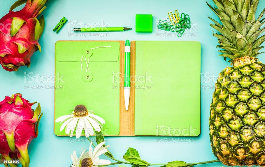 Leere Grüne Notebook Mit Tropischen Früchten Und Zubehör ...