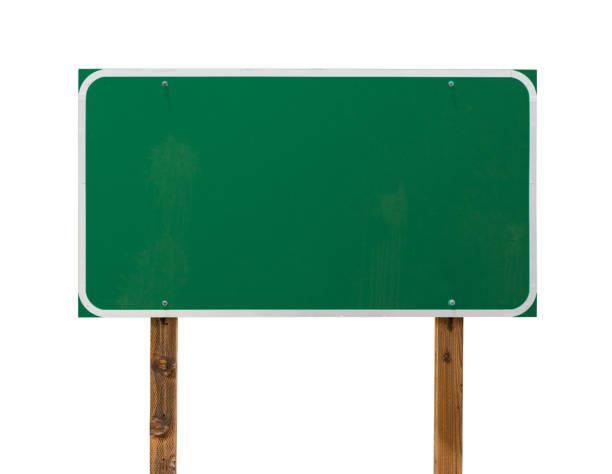 Leere grüne Straßenschild mit Holzpfosten isoliert auf einem weißen Hintergrund – Foto