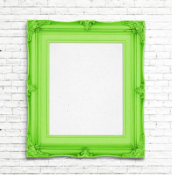 leere grüne vintage bilderrahmen auf weiße wand - sammelalbum wandkunst stock-fotos und bilder