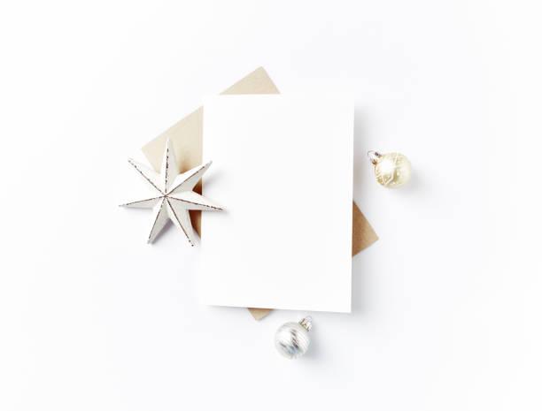 leere grußkarte und weihnachtsschmuck - weihnachtskarte stock-fotos und bilder