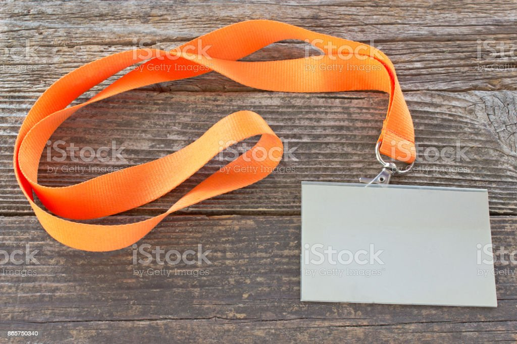 Etiqueta de la tarjeta de identificación en blanco con cinta sobre fondo de madera - foto de stock