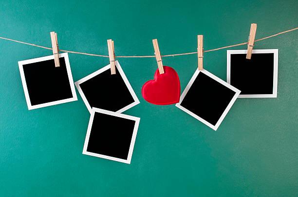 Leere instant Fotos und Valentinstag-Spielzeug-Herzen – Foto