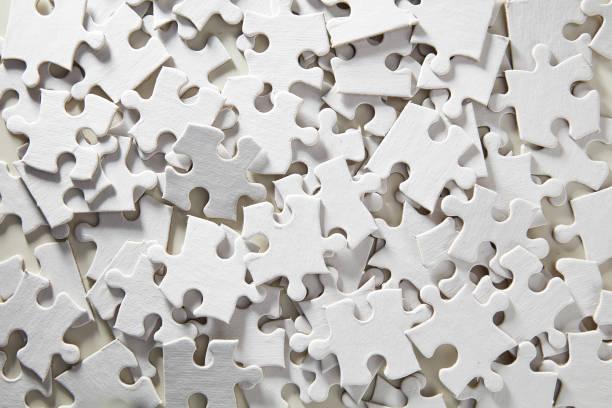 leere jigsaw puzzle zufällige - puzzleteile stock-fotos und bilder