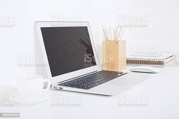 Blank laptop and coffee cup - Lizenzfrei Ausrüstung und Geräte Stock-Foto