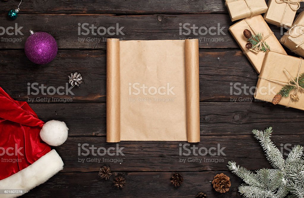 Blank letter on dark wooden table with Christmas presents photo libre de droits