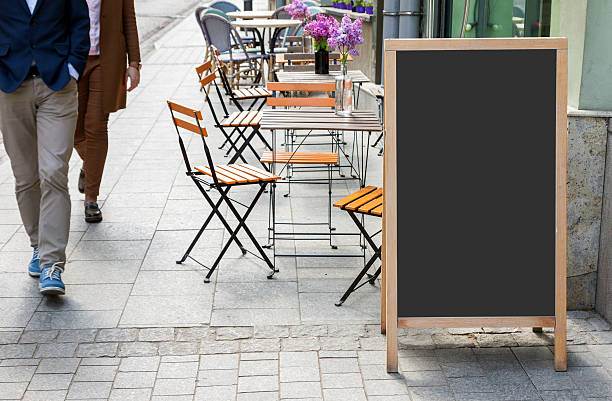 leere menü-tafel auf der straße - zusammenklappbar stock-fotos und bilder