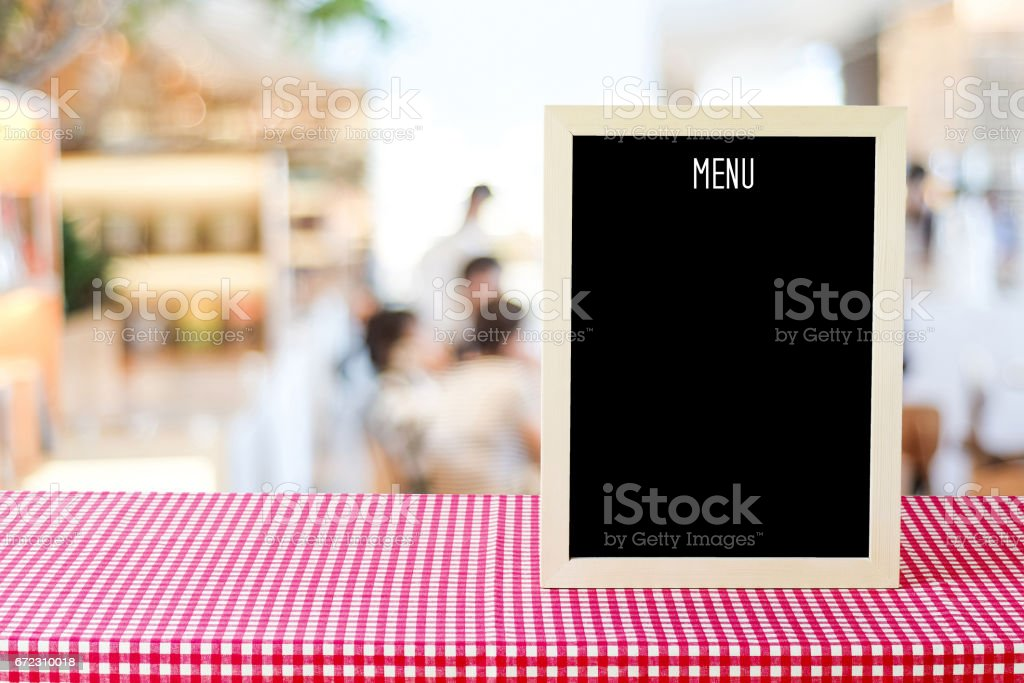 Blank menu board over blur cafe background, food and drink concept – Foto