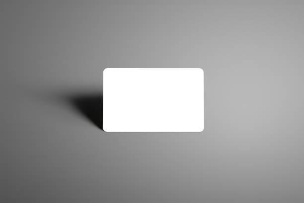 mock-up einer bank (geschenk) karte auf einem studio grauen hintergrund leer. - gutschein ausdrucken stock-fotos und bilder