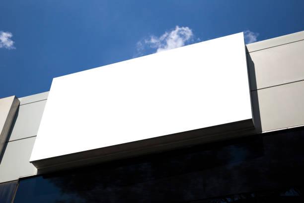 建物の壁にコピー スペースを持つ空白のモックアップ屋外広告 - 看板 ストックフォトと画像