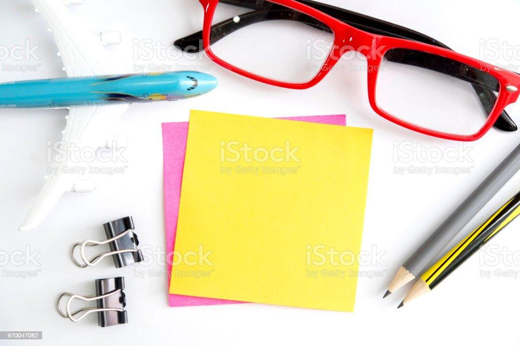 白紙のメモ用紙を旅行の概念の白いテーブルに固定項目を飾る ストックフォト