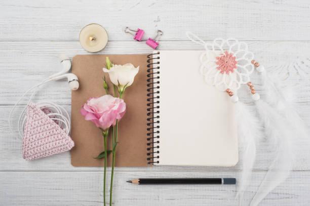 leere notebook, rosa häkeln holdel, kopfhörer - traumfänger zeichnung stock-fotos und bilder