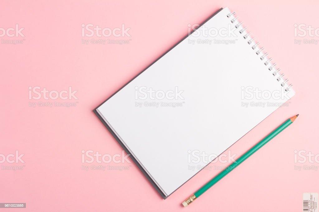 Leeres Notizbuch mit Bleistift auf Pastell rosa Hintergrund. Flache Laien Konzept mit textfreiraum - Lizenzfrei Arbeitsstätten Stock-Foto