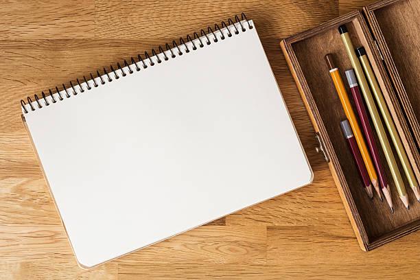 Leeres Notizbuch, Bleistifte auf dem Schreibtisch. Overhead – Foto
