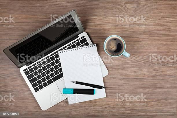 Leere Editor Bei Laptop Und Kaffee Tasse Stockfoto und mehr Bilder von Ansicht von oben
