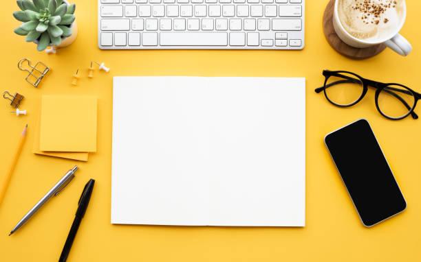 blocco note vuoto con accessori per ufficio. motivazione aziendale, concetti di ispirazione - flat lay foto e immagini stock