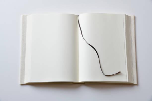表紙の白い背景の上の本オープンの空白 - 栞 ストックフォトと画像
