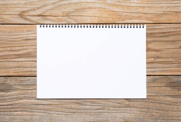 leere seite ein skizzenbuch über alten holztisch - unterrichtsplanung vorlagen stock-fotos und bilder