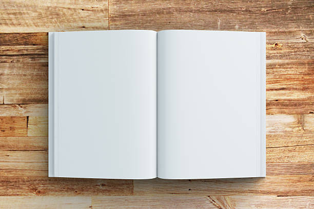 Vide pages de journal sur table en bois, mock up - Photo