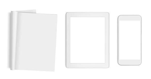 Puste strony, komputer typu tabletka i telefon komórkowy odizolowane na białym – zdjęcie
